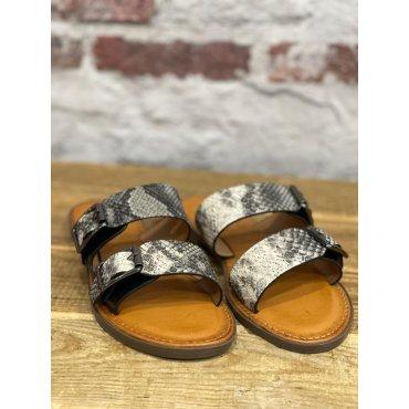 Sandales plates effet python noir à boucles
